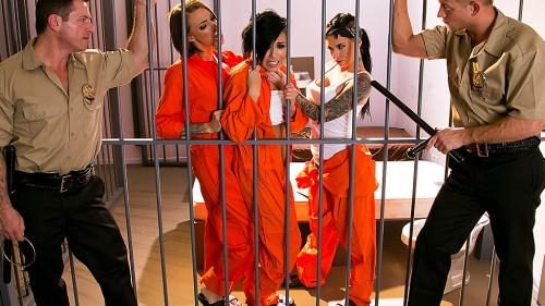 Тюремщицу трахают сразу две парня