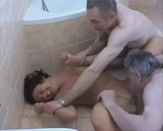 ванной дочь отец порно в пялит жестко