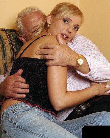 Дед трахнул молодую шлюху на сеновале