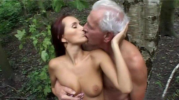 Старый дед любит трахать молоденьких порно