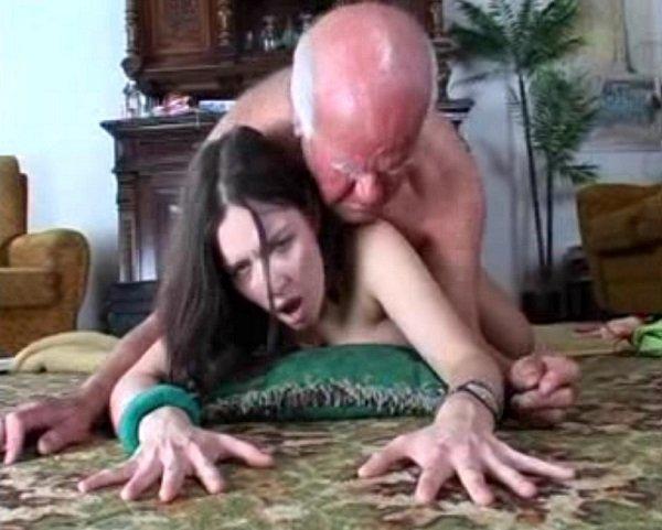 Старый дед лапает большую грудь молодой азиатки