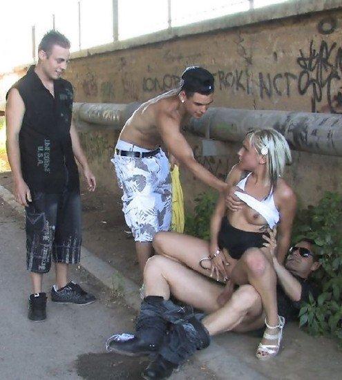 парень трахнул девушку на улице