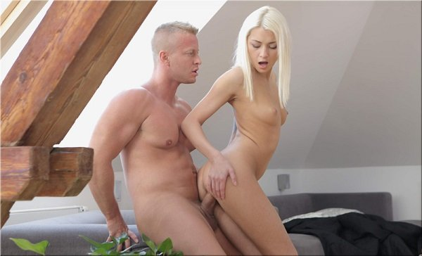 Блондинку поставили раком порно