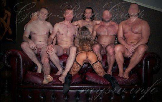 мужики сняли молодую проститутку