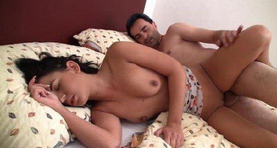 Порно спящую отчим